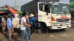 Xe tải đang chạy, phụ xe bất ngờ gục chết trên cabin
