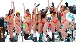 Hàng trăm thiếu nữ Nga mặc bikini trượt tuyết giữa thời tiết băng giá