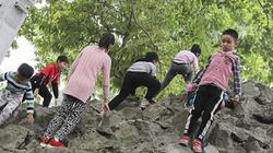 Hồ Gươm đông nghịt người, trẻ em leo trèo Tháp Bút ngày đầu năm mới