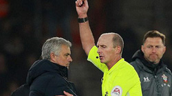 """Nhận thẻ vàng hy hữu, HLV Mourinho gọi ai là """"thằng ngốc""""?"""