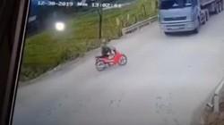 Người đàn ông nhảy khỏi xe máy trước khi bị ôtô tải tông nát
