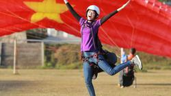 Hoa hậu Khánh Vân bay dù lượn, đi trên cầu kính cao 2.000 m