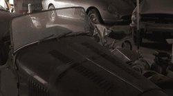 Hai chiếc xe cũ rích, phủ kín bụi mà bất ngờ được định giá hơn 90 tỷ đồng