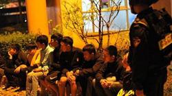 """Cảnh sát khống chế hàng chục thanh niên """"choai choai"""" mang mã tấu """"dạo phố"""""""