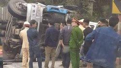 Xe tải lật nghiêng đè ô tô khách, nhiều người thương nặng