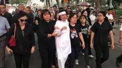 Vợ cố nghệ sĩ Nguyễn Chánh Tín liên tục ngã quỵ trong tang lễ chồng