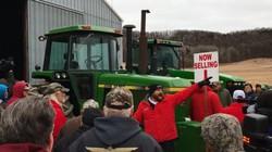 Thời buổi 4.0 vì sao nông dân Mỹ lại tranh nhau mua máy cày cũ?