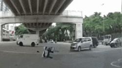 """Clip: Bị xe tông vì vượt đèn đỏ, chàng trai có hành động cực """"bá đạo"""""""