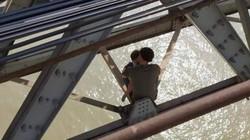 Giải cứu người đàn ông bế con 7 tháng tuổi lên cầu Long Biên tự tử