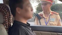 Nóng 24h qua: Tài xế cố thủ trong ô tô 3 giờ, liên tục uống nước rồi mới chịu thổi nồng độ cồn