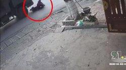 """Clip: Người phụ nữ đi xe máy chết thảm dưới bánh xe """"hổ vồ"""""""