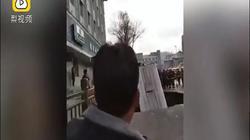 """TQ: Xe bus đông người bị hố tử thần """"nuốt"""", ít phút sau phát nổ"""
