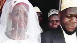 Uganda: Vợ mới cưới không chịu thay đồ lúc lên giường, chồng sốc nặng khi biết sự thật