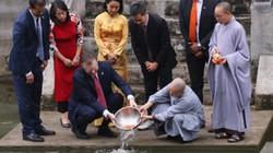 Ảnh, clip: Đại sứ Mỹ thả cá chép tiễn ông Táo chầu trời ở Hồ Tây