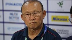 """HLV Park Hang-seo nói gì về sai lầm """"chết người"""" của thủ môn Bùi Tiến Dũng?"""