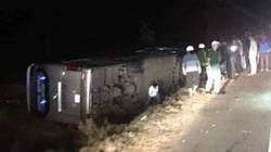 Tông vào 2 người bị tai nạn giao thông, xe khách lật nghiêng bên đường