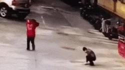 Clip: 2 cậu bé nghịch dại với pháo nhận cái kết đắng