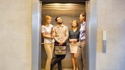 Thấy con gái quá ế, mẹ gặp trai trẻ trong thang máy liền dạy luôn cách làm quen
