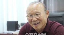 Báo Hàn choáng vì hành động đẹp của CĐV Việt Nam với thầy Park