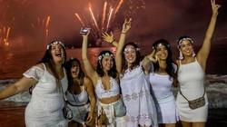Đất nước đón năm mới bằng cách nửa đêm rủ nhau nhảy hết xuống biển