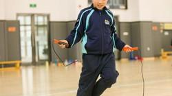 Vì sao bố mẹ bắt con nhảy dây 1000 lần/ngày nhưng con vẫn lùn nhất lớp?