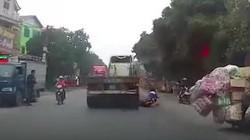 Nữ sinh suýt bị xe đầu kéo cuốn vào gầm ngày cận Tết