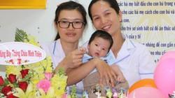 Lễ đầy tháng đặc biệt tại bệnh viện của bé trai bụ bẫm bị mẹ bỏ rơi
