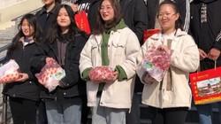 Học sinh giỏi được nhà trường thưởng 2,5kg thịt lợn về quê đón Tết