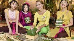 Siêu mẫu Vũ Thu Phương mời khách Tây ăn Tết Việt và gói bánh chưng