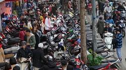 """Chen chân mua sắm Tết trên """"con đường thời trang"""" lớn nhất Hà Nội"""