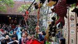 Dân phố cổ tò mò, háo hức xem nghi lễ dựng cây Nêu ngày Tết