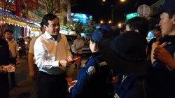 Lãnh đạo Quảng Nam tặng quà các lao công đón giao thừa ngoài đường