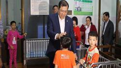 Chủ tịch Đà Nẵng thăm trẻ mồ côi, chúc Tết bác sĩ, chiến sĩ đêm 30 Tết