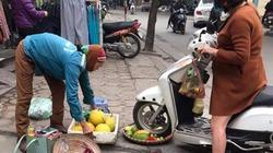 Cô gái chạy xe ga chẹt nát nia hoa quả bán rong trên vỉa hè HOT nhất tuần qua
