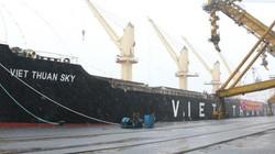 """Quảng Ninh đón tàu """"xông cảng"""", rót 45.000 tấn than ngày đầu năm"""