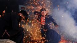Sau khi niệm chú, hàng chục thanh niên chân trần nhảy vào đống lửa mà không bị bỏng