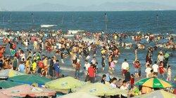 Nắng nóng, dân miền Đông Nam bộ đổ xô đi… tắm Tết