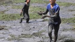 Cho trẻ lội bùn bắt cá dịp đầu năm, lấm lem nhưng vui hơn Tết