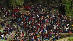 Động Hương Tích kín đặc người trước ngày khai hội chùa Hương
