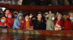 Chịu giá lạnh 9 độ C, người dân xuyên đêm vượt suối vào chùa Hương
