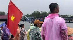 """Quảng Nam: Người dân đội mưa ra sông cổ vũ các """"tay bơi"""" tranh tài"""