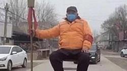 """Virus Corona: Dân làng Trung Quốc lập chốt, cầm đại đao """"cấm cửa"""" người đến từ vùng dịch"""