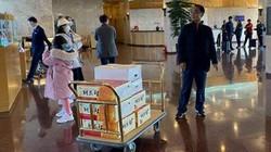 Tuyển nữ Việt Nam nhận 'thùng quà' từ HLV Park Hang-seo