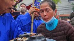 Giữa tâm bão corona, người dân đeo khẩu trang thổi cơm ở hội làng