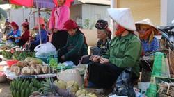 Ra Tết đi chợ bản mua côn trùng, ốc suối, rau vườn, lợn đen