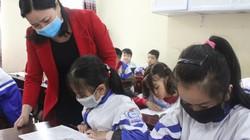 Dịch Corona: Sáng nay, học sinh Hà Tĩnh vừa học vừa đeo khẩu trang