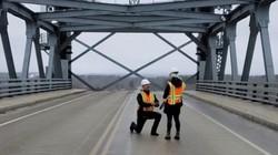 Màn cầu hôn có một không hai của kỹ sư cầu đường Mỹ