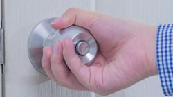Virus Corona chủng cũ tồn tại lâu ra sao trên tay nắm cửa, nút bấm thang máy, bàn phím...