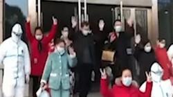 Video: Hàng loạt bệnh nhân nhiễm virus Corona khỏi bệnh, vui mừng xuất viện ở tâm dịch