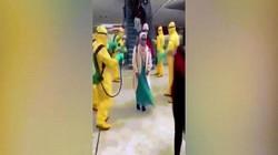 Video: Người Indonesia trở về từ Vũ Hán được phun thuốc khử trùng từ đầu đến chân